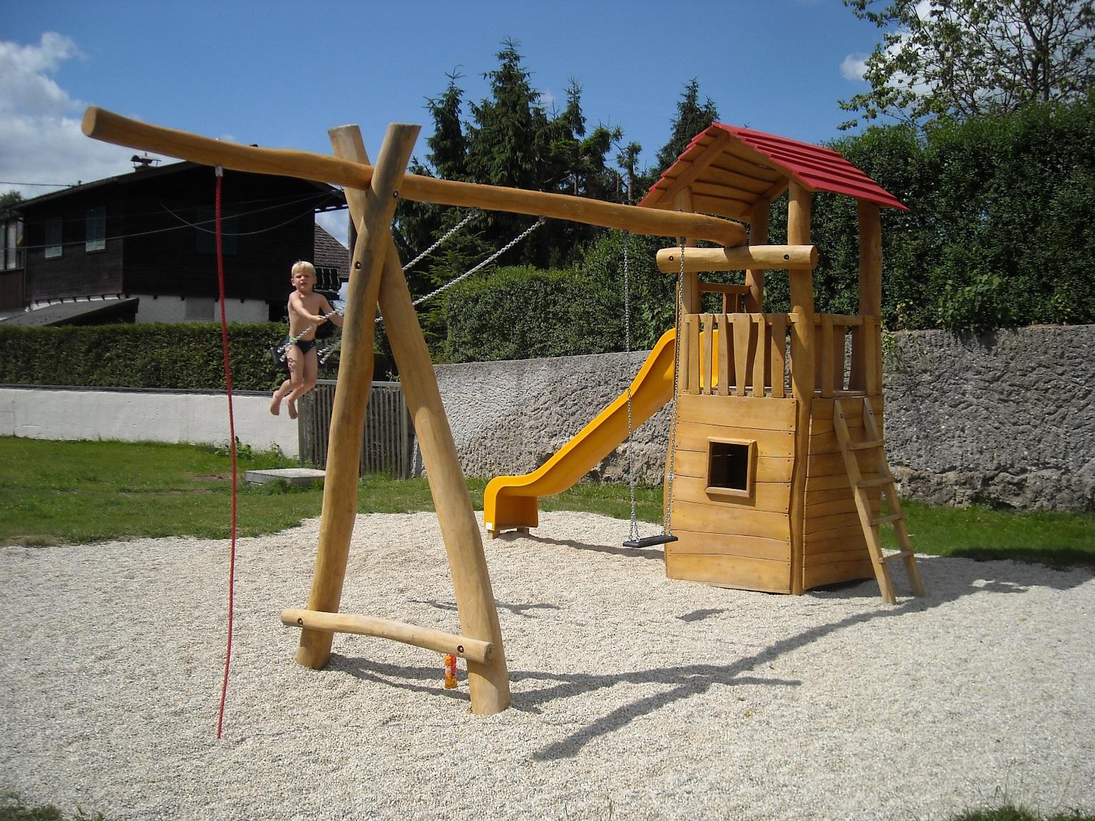 Spielturm mit Dach, 2er Schaukel und Kletterseil