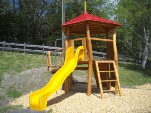 Spielturm mit Rutsche aus Robinie