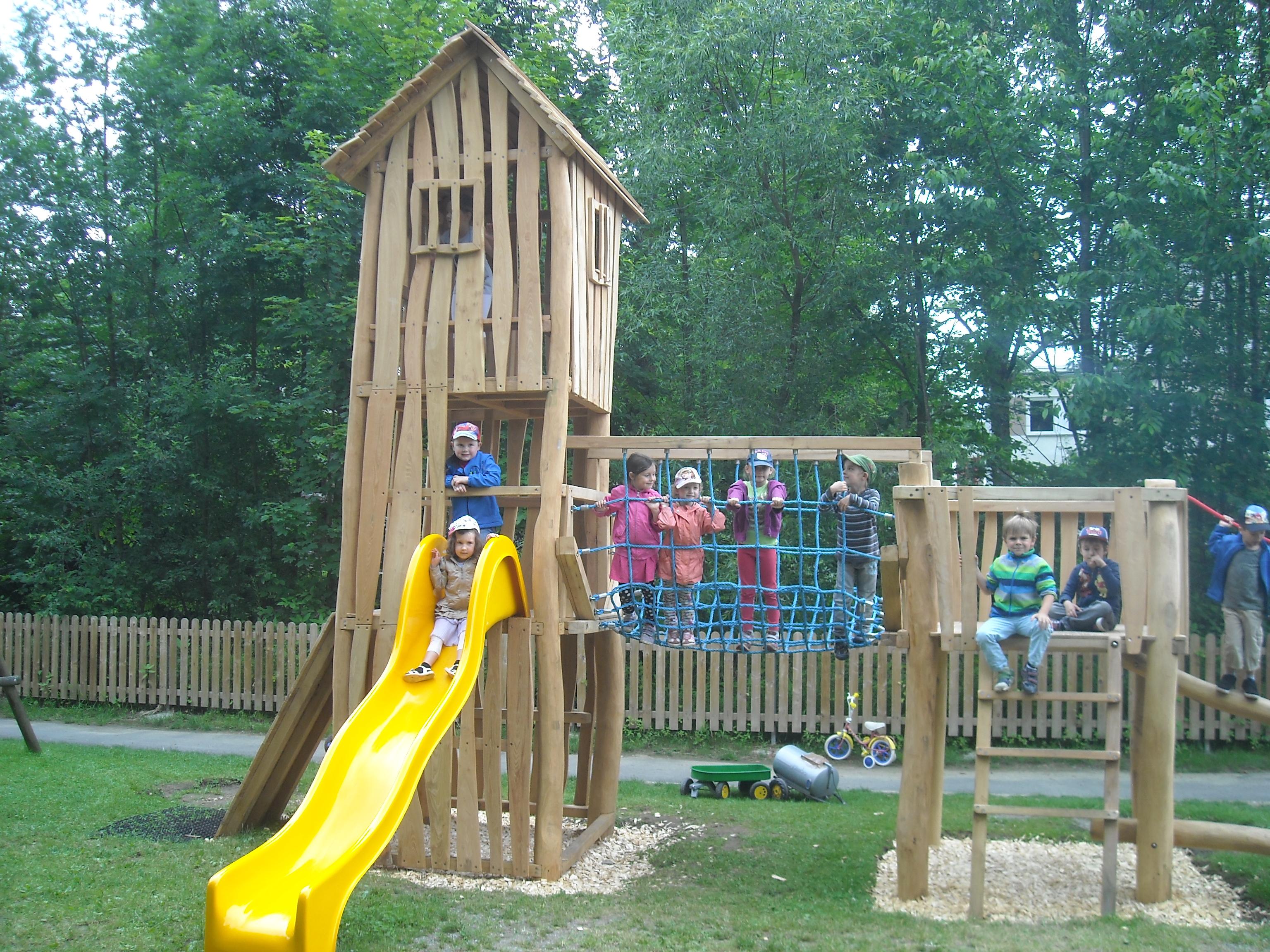Kleinkinder Spielturm mit Satteldach