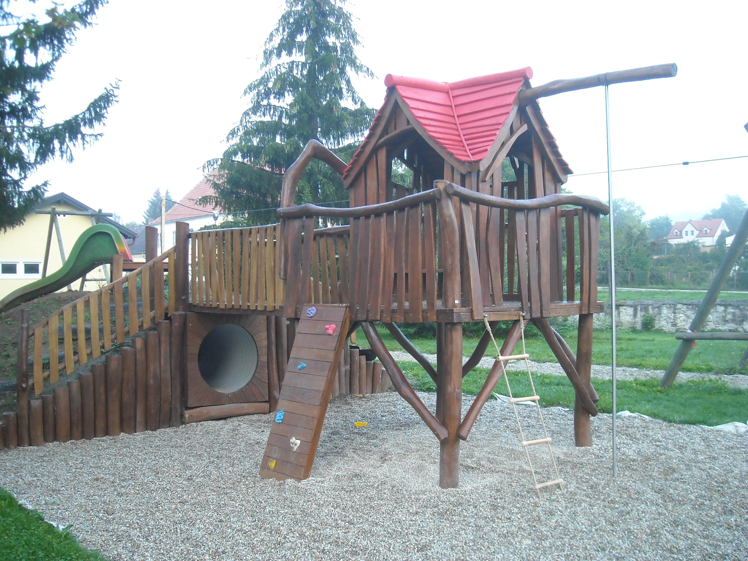 Kleinkinderturm mit Dach aus Robinie - Bild 2